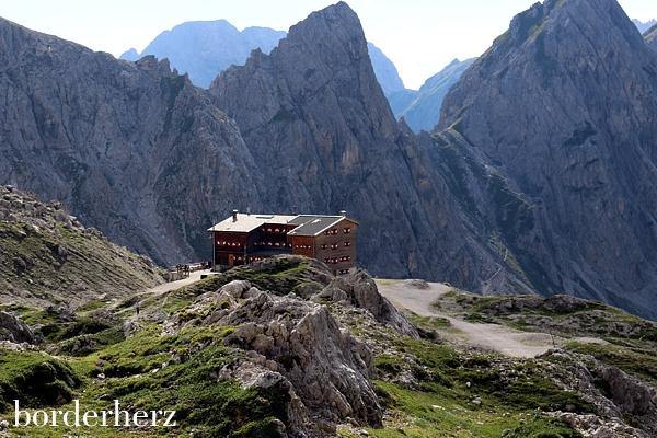 Blick von oben zur Karlsbaderhütte