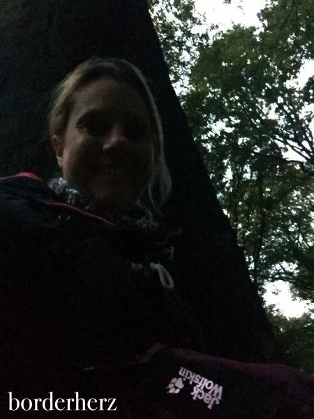 Versteckt hinterm Baum